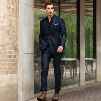 Как и с чем носить: темно-синий костюм в вертикальную полоску, темно-синяя футболка-поло, коричневые кожаные повседневные ботинки, бежевый нагрудный платок с принтом