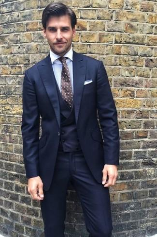 Как и с чем носить: темно-синий костюм-тройка, белая классическая рубашка, темно-коричневый галстук в горошек, белый нагрудный платок