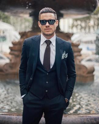 Модный лук: Темно-синий костюм-тройка в вертикальную полоску, Белая классическая рубашка в вертикальную полоску, Темно-коричневый галстук, Белый нагрудный платок в горизонтальную полоску