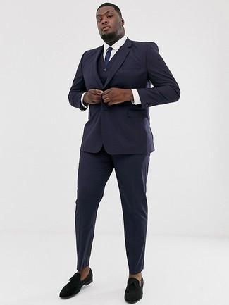 Темно-синий костюм-тройка: с чем носить и как сочетать: Темно-синий костюм-тройка в сочетании с белой классической рубашкой позволит создать стильный и в то же время элегантный образ. Смелые мужчины закончат образ черными бархатными лоферами.