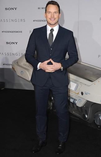 Как Chris Pratt носит Темно-синий костюм-тройка, Белая классическая рубашка, Черные кожаные туфли дерби, Черно-белый галстук в горошек