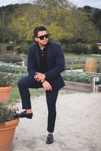 Модные мужские луки 2020 фото в стиле смарт-кэжуал: Если ты принадлежишь к той немногочисленной группе парней, которые каждый день стараются смотреться с иголочки, тебе подойдет тандем темно-синего костюма и черной футболки-поло. Любишь экспериментировать? Закончи образ черными кожаными лоферами.