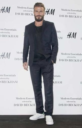 Как David Beckham носит Темно-синий костюм, Черная футболка с круглым вырезом, Белые кожаные низкие кеды
