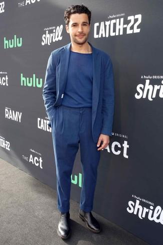 Как и с чем носить: темно-синий льняной костюм, темно-синяя футболка с круглым вырезом, черные кожаные ботинки челси