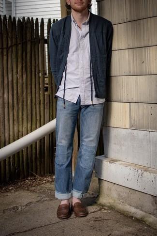Мужские луки: Если ты не любишь воспринимать моду слишком серьезно, обрати внимание на этот ансамбль из темно-синего открытого кардигана и синих джинсов в стиле пэчворк. В сочетании с коричневыми кожаными лоферами такой образ выглядит особенно удачно.