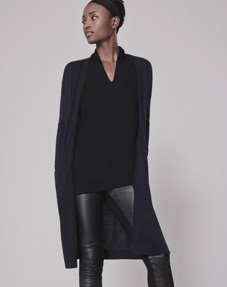Как и с чем носить: темно-синий открытый кардиган, черная блузка с длинным рукавом, черные кожаные узкие брюки