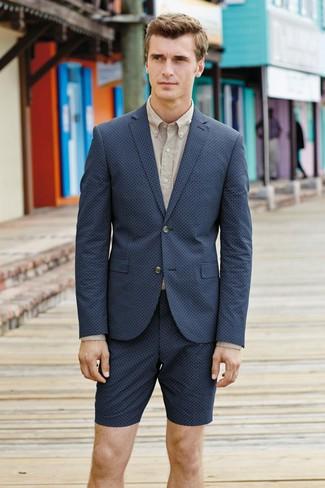Как и с чем носить: темно-синий пиджак, бежевая классическая рубашка, темно-синие шорты