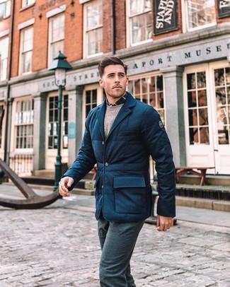 Как и с чем носить: темно-синий шерстяной стеганый пиджак, бежевый свитер с круглым вырезом, темно-сине-белая рубашка с длинным рукавом в шотландскую клетку, темно-синие шерстяные классические брюки