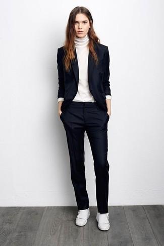 Как и с чем носить: темно-синий пиджак, белая водолазка, темно-синие классические брюки, белые кожаные низкие кеды