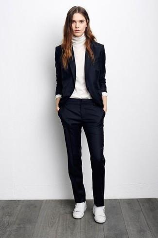 Модный лук: Темно-синий пиджак, Белая водолазка, Темно-синие классические брюки, Белые низкие кеды