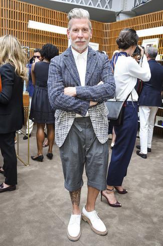 Как Nick Wooster носит Темно-синий твидовый пиджак, Белая классическая рубашка, Серые шорты, Белые кожаные туфли дерби