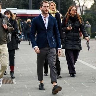 С чем носить темно-серые классические брюки мужчине: Любой мужчина будет выглядеть безупречно в темно-синем пиджаке и темно-серых классических брюках. Вкупе с этим образом отлично будут выглядеть черные кожаные туфли дерби.