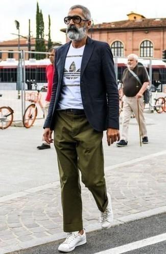 Модные мужские луки 2020 фото в стиле кэжуал: Сочетание темно-синего пиджака и оливковых брюк чинос поможет создать элегантный и актуальный мужской ансамбль. Почему бы не добавить в этот ансамбль немного фривольности с помощью белых кожаных низких кед?