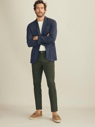 Светло-коричневые замшевые эспадрильи: с чем носить и как сочетать мужчине: Комбо из темно-синего пиджака и темно-зеленых брюк чинос — отличный пример привлекательного офисного стиля для парней. Любишь рисковать? Тогда заверши лук светло-коричневыми замшевыми эспадрильями.