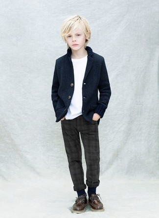 Как и с чем носить: темно-синий пиджак, белая футболка, темно-серые брюки, темно-коричневые оксфорды