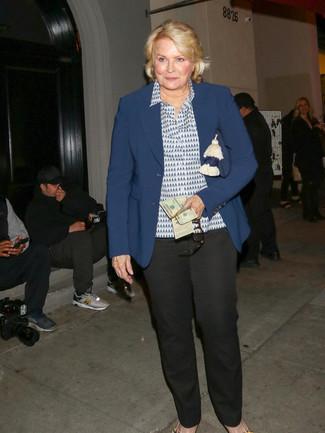 Как и с чем носить: темно-синий пиджак, бело-темно-синяя классическая рубашка с принтом, черные классические брюки, темно-синий замшевый клатч