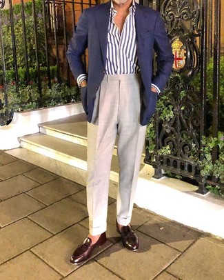 Как и с чем носить: темно-синий пиджак, бело-темно-синяя рубашка с длинным рукавом в вертикальную полоску, бежевые классические брюки, темно-коричневые кожаные лоферы с кисточками