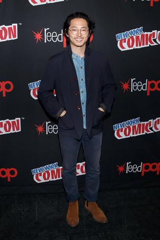 Как и с чем носить: темно-синий хлопковый пиджак, голубая джинсовая рубашка, темно-синие джинсы, табачные замшевые ботинки челси
