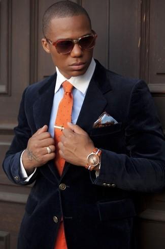 Как и с чем носить: темно-синий бархатный пиджак, голубая классическая рубашка, оранжевый галстук в горошек, голубой шелковый нагрудный платок с цветочным принтом