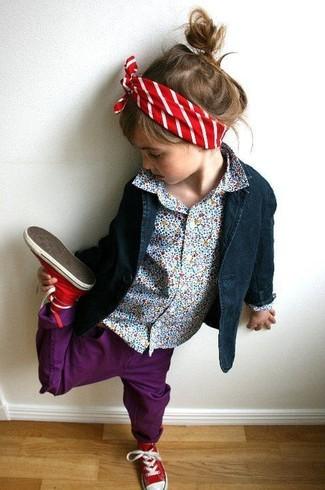 Как и с чем носить: темно-синий пиджак, голубая классическая рубашка, пурпурные джинсы, красные кеды