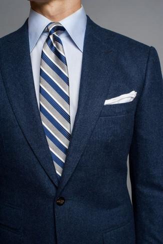 Как и с чем носить: темно-синий шерстяной пиджак, голубая классическая рубашка, серый галстук в вертикальную полоску, белый нагрудный платок