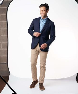 Как и с чем носить: темно-синий пиджак, голубая рубашка с длинным рукавом, светло-коричневые брюки чинос, темно-коричневые кожаные ботинки дезерты