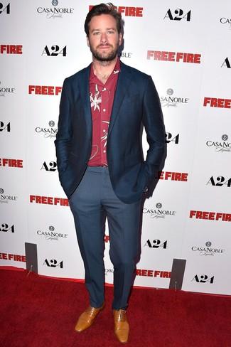 Как и с чем носить: темно-синий пиджак в клетку, красная рубашка с длинным рукавом с цветочным принтом, темно-синие классические брюки, светло-коричневые кожаные оксфорды
