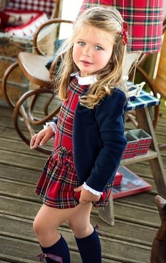 Как и с чем носить: темно-синий пиджак, красное платье в шотландскую клетку, темно-синие носки до колена