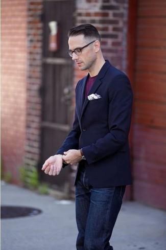 Как и с чем носить: темно-синий пиджак, пурпурная футболка с круглым вырезом, темно-синие джинсы, белый нагрудный платок