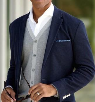Модный лук: темно-синий пиджак, серый кардиган, белая рубашка с длинным рукавом, синий нагрудный платок в горошек