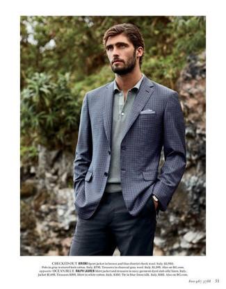 Как и с чем носить: темно-синий пиджак в клетку, серый свитер с воротником поло, темно-серые классические брюки, голубой нагрудный платок
