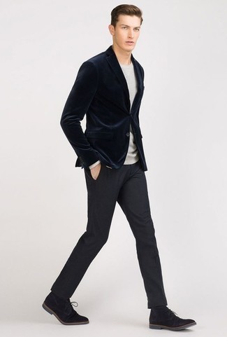Серый свитер с круглым вырезом: с чем носить и как сочетать мужчине: Несмотря на то, что это классический лук, дуэт серого свитера с круглым вырезом и темно-синих классических брюк всегда будет нравиться стильным молодым людям, но также покоряет при этом сердца прекрасных дам. Тебе нравятся незаурядные сочетания? Дополни свой образ черными замшевыми ботинками дезертами.