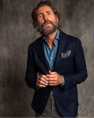 Как и с чем носить: темно-синий шерстяной пиджак, синяя джинсовая рубашка, серые шерстяные классические брюки, серый нагрудный платок