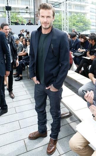 Как David Beckham носит Темно-синий пиджак, Темно-зеленый свитер с круглым вырезом, Темно-синие джинсы, Темно-коричневые кожаные повседневные ботинки