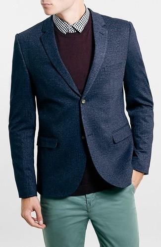 Модный лук: темно-синий шерстяной пиджак, темно-пурпурный свитер с круглым вырезом, черно-белая рубашка с длинным рукавом в мелкую клетку, темно-бирюзовые брюки чинос