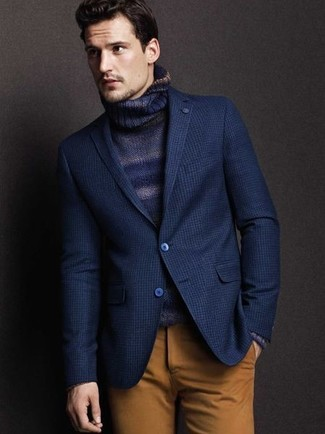 Модный лук: темно-синий пиджак, темно-синяя водолазка, коричневые брюки чинос