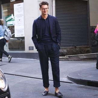 Как и с чем носить: темно-синий пиджак, темно-синяя футболка-поло, темно-синие льняные брюки чинос, черные кожаные лоферы с кисточками