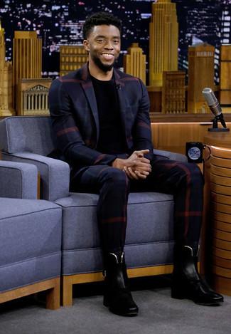 Как и с чем носить: темно-синий пиджак в шотландскую клетку, черная футболка с круглым вырезом, темно-синие классические брюки в клетку, черные кожаные ботинки челси