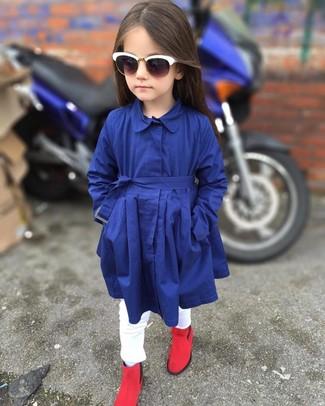 Как и с чем носить: темно-синий плащ, белые джинсы, красные ботинки, белые солнцезащитные очки