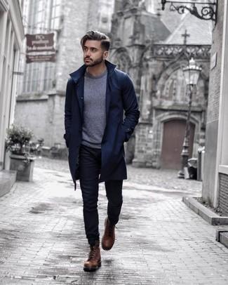 Коричневые кожаные повседневные ботинки: с чем носить и как сочетать мужчине: Темно-синий плащ и черные джинсы — беспроигрышный мужской образ для ужина в дорогом ресторане. В тандеме с этим образом наиболее выигрышно будут выглядеть коричневые кожаные повседневные ботинки.