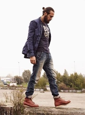 Темно-синий плащ в сочетании с темно-синими джинсами — беспроигрышный офисный вариант. Что касается обуви, можно закончить образ табачными кожаными ботинками.