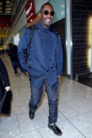 Как Idris Elba носит Темно-синий плащ, Темно-синие джинсы, Черные кожаные дезерты, Темно-синий рюкзак
