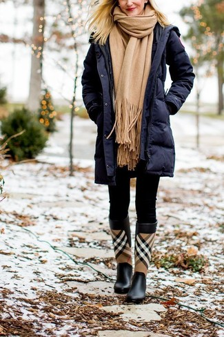 Как и с чем носить: темно-синий пуховик, черные леггинсы, черные резиновые сапоги в шотландскую клетку, светло-коричневый шарф