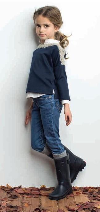 Как и с чем носить: темно-синий свитер, белая классическая рубашка, синие джинсы, черные резиновые сапоги