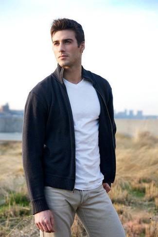 Как и с чем носить: темно-синий свитер на молнии, белая футболка с v-образным вырезом, бежевые брюки чинос