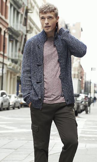 Как и с чем носить: темно-синий свитер на молнии, пурпурная футболка с круглым вырезом, темно-серые брюки карго