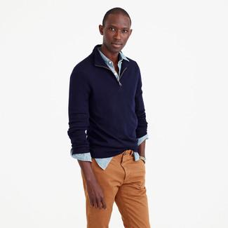 Темно-синий свитер с воротником на молнии: с чем носить и как сочетать мужчине: Темно-синий свитер с воротником на молнии в паре с табачными брюками чинос поможет выразить твою индивидуальность.