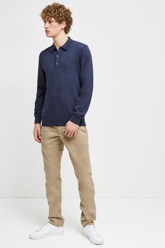Как и с чем носить: темно-синий свитер с воротником поло, светло-коричневые брюки чинос, белые кожаные низкие кеды