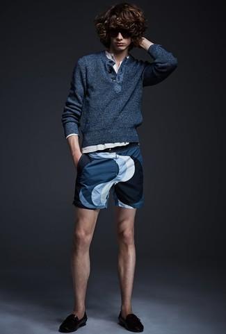 Как и с чем носить: темно-синий свитер с горловиной на пуговицах, белая лонгслив с горловиной на пуговицах, темно-синие шорты с принтом, черные кожаные лоферы с кисточками