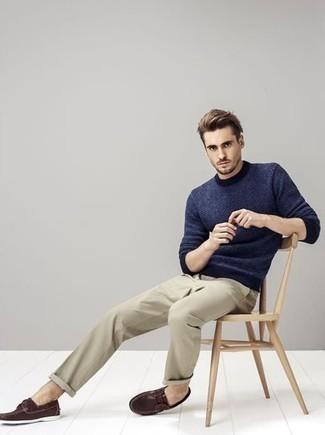 Коричневые кожаные топсайдеры: с чем носить и как сочетать: Практичное сочетание темно-синего свитера с круглым вырезом и бежевых брюк чинос позволит выразить твой индивидуальный стиль и выигрышно выделиться из серой массы. В тандеме с этим ансамблем наиболее выигрышно выглядят коричневые кожаные топсайдеры.